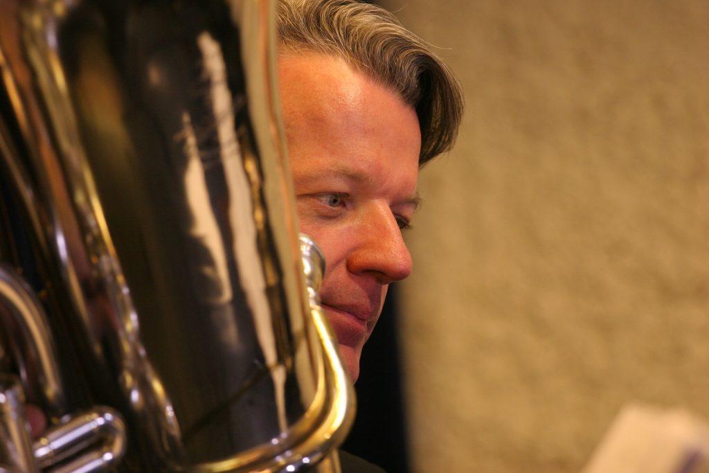Foto von Basstubist Dominik Deimel in Nahaufnahme bei unserer Gründungsveranstaltung