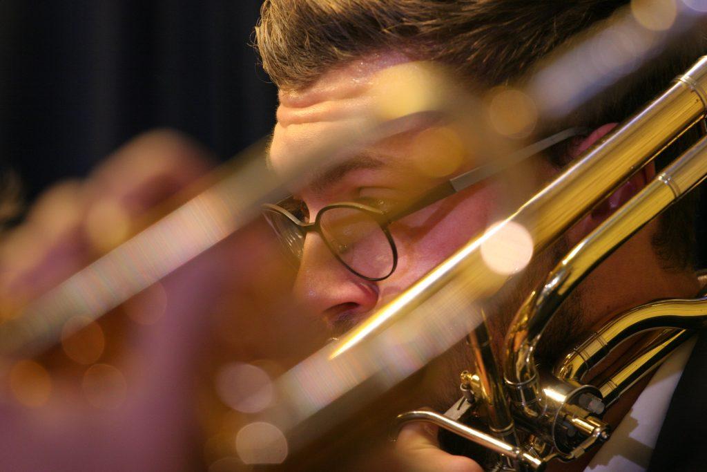 Künstlerisches Foto mit zwei Musikern beim Spiel