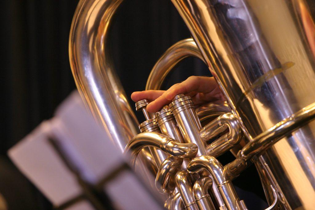 Nahaufnahme einer Tuba beim Spiel