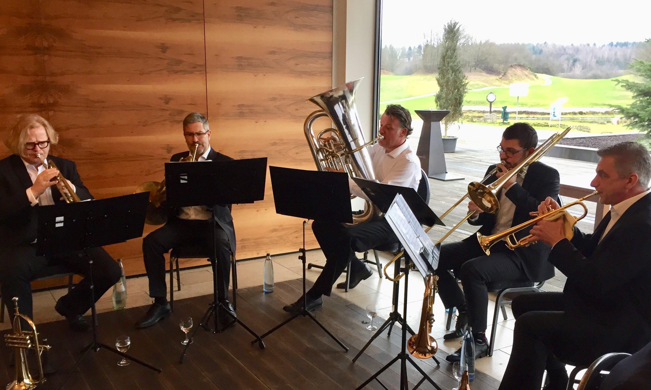 Fünf Rotary Brass Musiker beim Auftritt in St. Wendel