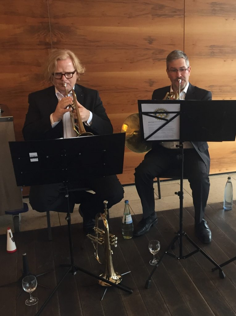 Trompete und Horn spielen beim Auftritt von Rotary Brass in St. Wendel