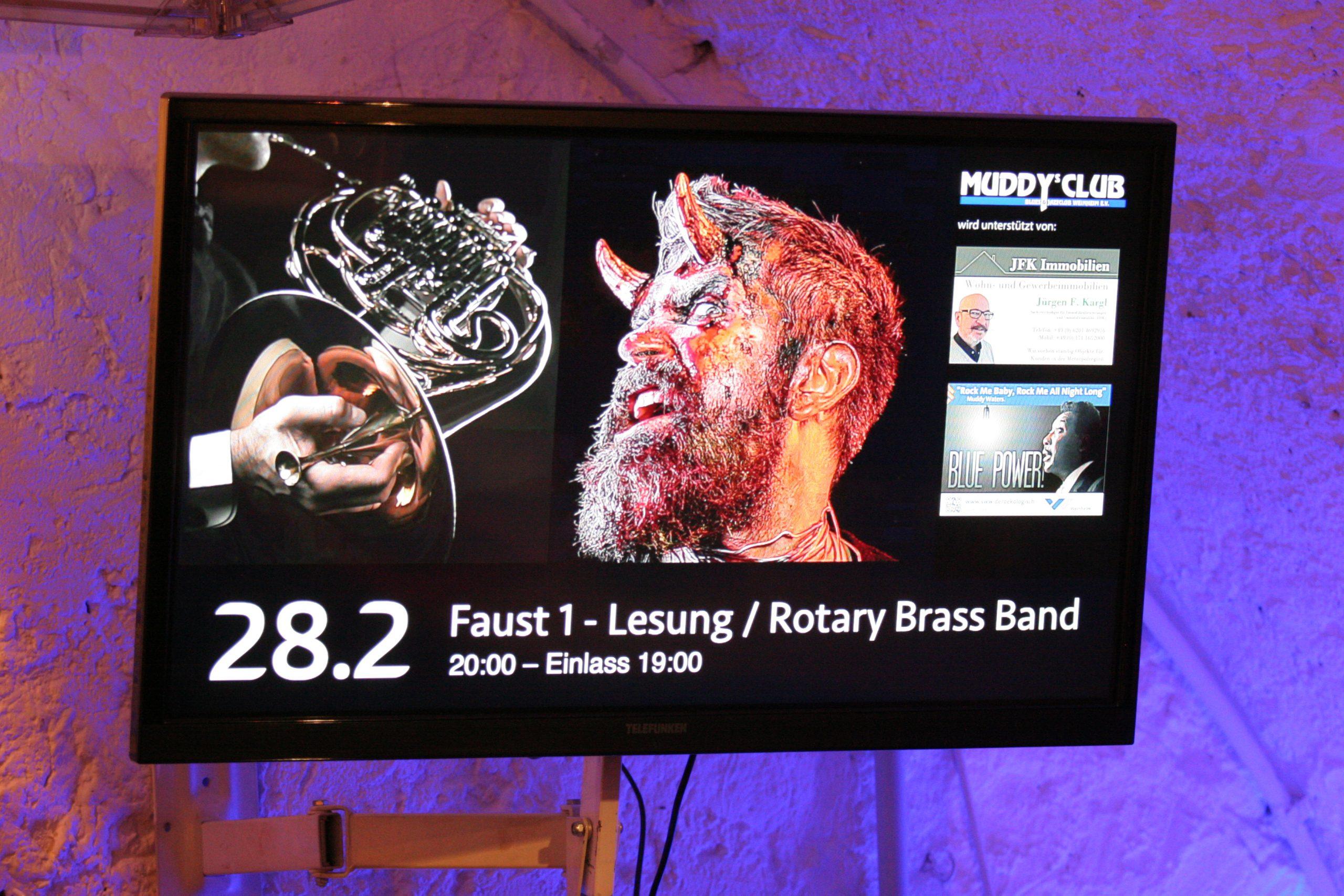Bildschirm mit Anzeige des Veranstaltungsplakates von Rotary Brass